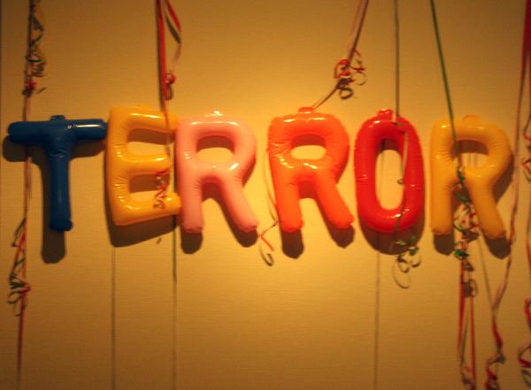 Marc Bijl - The Party is Over - Opblaasballonnen en serpentines