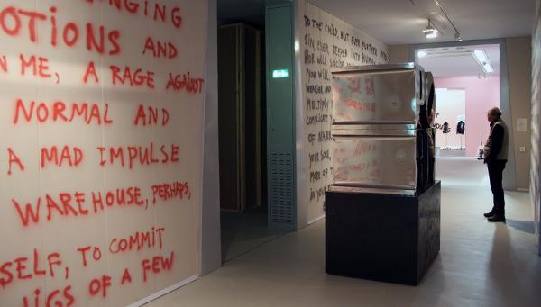 Marc Bijl - Untitled & PORN - Spuitbus op muur & RVS, spuitbus, expoxyhars, teer verf en hout