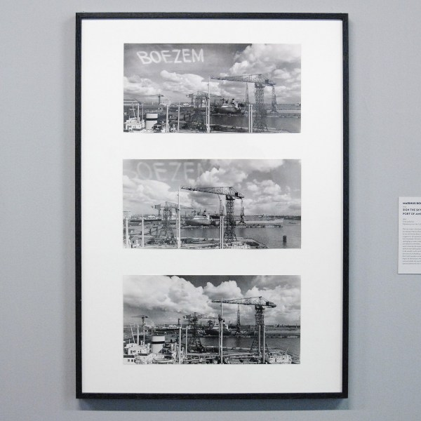 Marinus Boezem - Sign the Sky Above The Port of Amsterdam - Foto op karton
