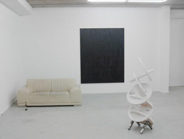 Marius Lut - Untitled - 210x170cm Acrylverf en spuitbus op canvas & Iede Reckman - Gallop - 50x50x150cm Gips, metaal en spaanplaat