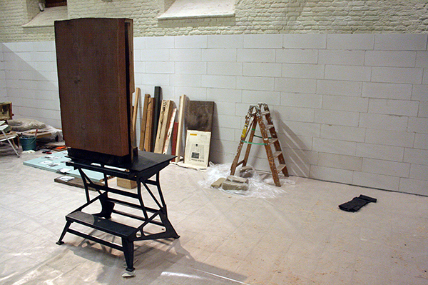 Mark Manders - Unfired Clay Head - 196x69x92cm Hout, beschilderde epoxy en ijzer 2011