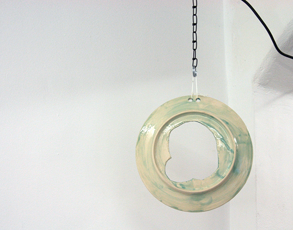 Matthew Lutz-Kinoy - Rotational Historics - Geglazuurd keramiek met gat aan ketting aan motortje