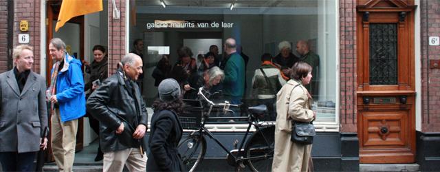"""Alex de Vries kwam tijdens de rondgang langs 8 Haagse galeries met een goed punt. Tegenwoordig bellen we iemand op, en het eerste wat we vragen is """"waar ben je?"""". […]"""