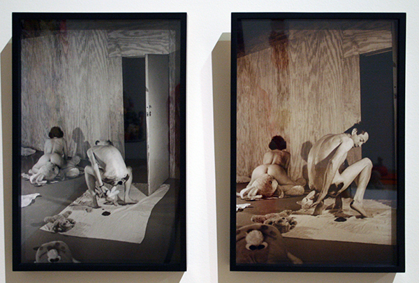 Mike Kelly - Manipulating Mass-Produced Idialized Objects & Nostalgic Depiction of the Innocence of Childhood - Zilvergelatineprints (waarvan de rechter in sepia)