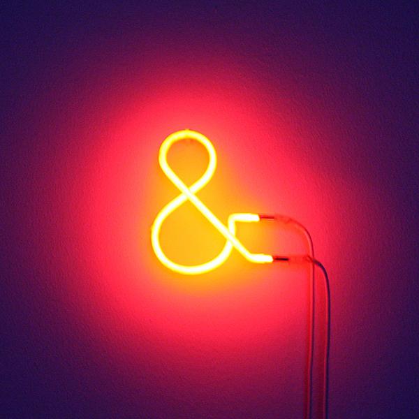 Navid Nuur - Untitled (&) - Neon met rood glas en de as van een verbrand schetsboek van de kunstenaar 2006-2013