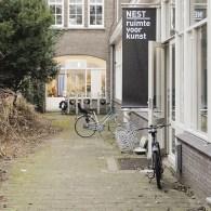 Kees Koomen was laatst bij Nest en zijn tekst duidt heel treffend zowel de kwaliteiten als de problemen van het werk van Izaak Zwartjes (1974). Sentimentaliteit en nostalgie zijn keywords […]