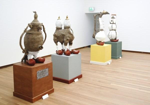 Patrick van Caeckenbergh - Diverse sculpturen - Ongebakken beschilderde klei en hout