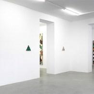 Op dit moment is in het Bonnefantenwerk van Rebecca Morris(1969) te zien. Het is een zaal met een twaalftalveelal grote schilderijen met een verbluffend vervreemdende kwaliteit. Ondanks dat het werk […]