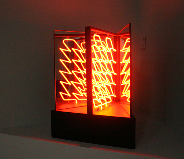 Robert Smithson - The Eliminator - IJzer en neon