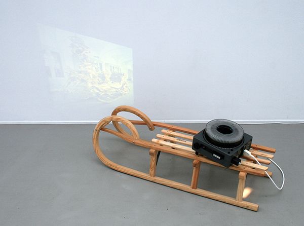 Rodney Graham - Continous Transformation of the Form of a Childs Sled into that of Another - Slee en projector met dia