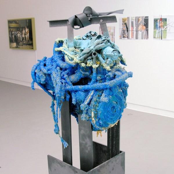 Roger Hiorns - Untitled - 170x50x60cm Motor, kopersulfaat en staal