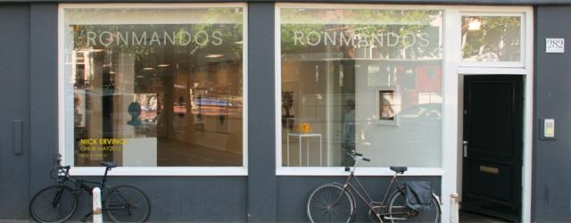 Wie bij RonMandos een rondje loopt ziet al snel dat het werk van Nick Ervinck (1981) qua beeldtaal redelijk egaal is. Zijn beeldtaal is heel continu, veel geel, organische vormen […]