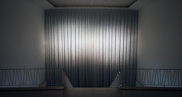 Sarah & Charles - The Great Ziegfeld - Installatie, zilver gordijn