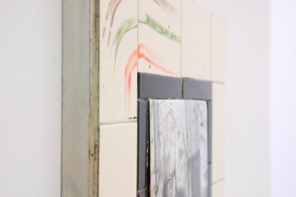 Tom Humphreys - Untitled - 40x50x4cm, Geglazuurd keramiek, keramische transfer, aluminium en hout (detail)