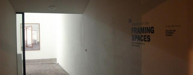 Een galerieruimte is veelal een white cube. Een plek met egaal witte wanden, een strakke vloer en TL-lichten die de werken uitlichten. Die ruimte als startpunt nemen van werk zou […]
