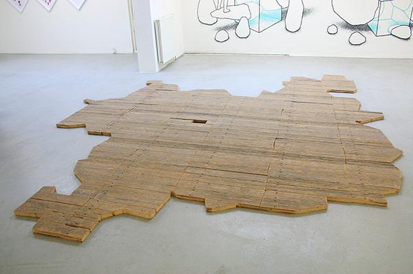 Willem Besselink - Leipziger Entwicklung - 900x350x350cm Installatie van hout uit vloer