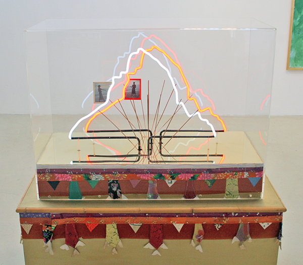 Woody van Amen - Pura Melanting - 150x50x80cm Neon en mixed media