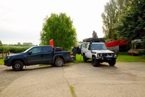LOST TRACK Reiseblog Deutschland Heimat erkunden unterwegs Roadtrip on the road Wischhafen Tanken Tankstelle volltanken Toyota Land Cruiser HZJ 78 VW Amarok FA Agrar Service