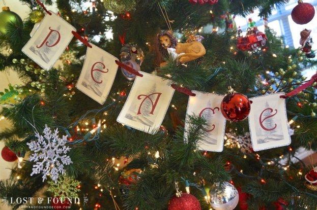 Free printable and how-to for making a word banner for Christmas tree