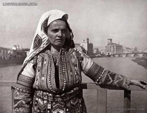 Жена, облечена в народна носия от Скопие, 40-те години на ХХ век