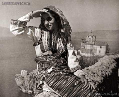 Младо момиче, облечено в народна носия от Охрид, 40-те години на ХХ век