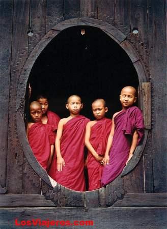 Monjes en el lago Inle -Myanmar.  Autor:   C. Diaz Huertas