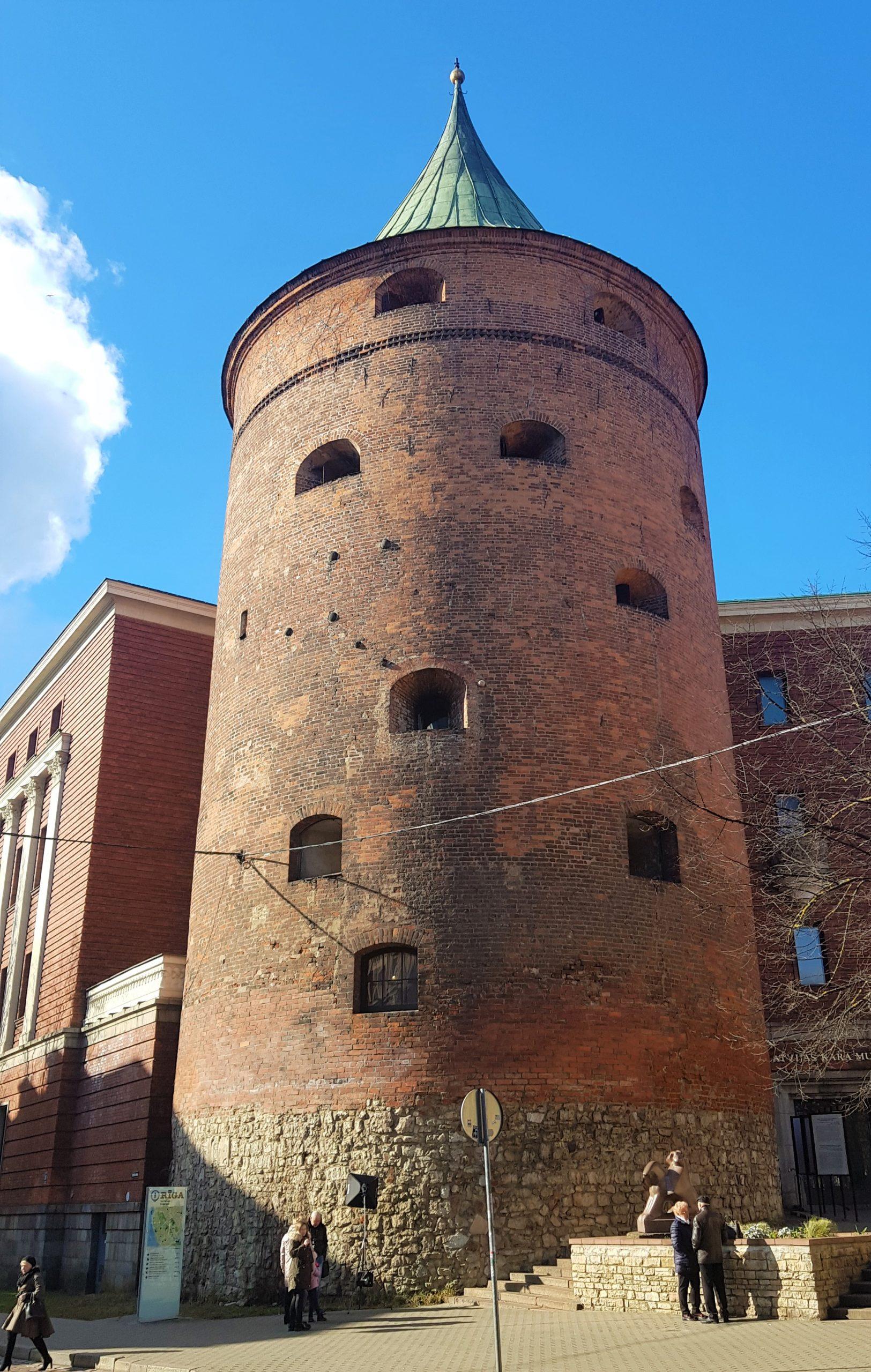 Torre acabada en punta, conocida como la torre de la pólvora