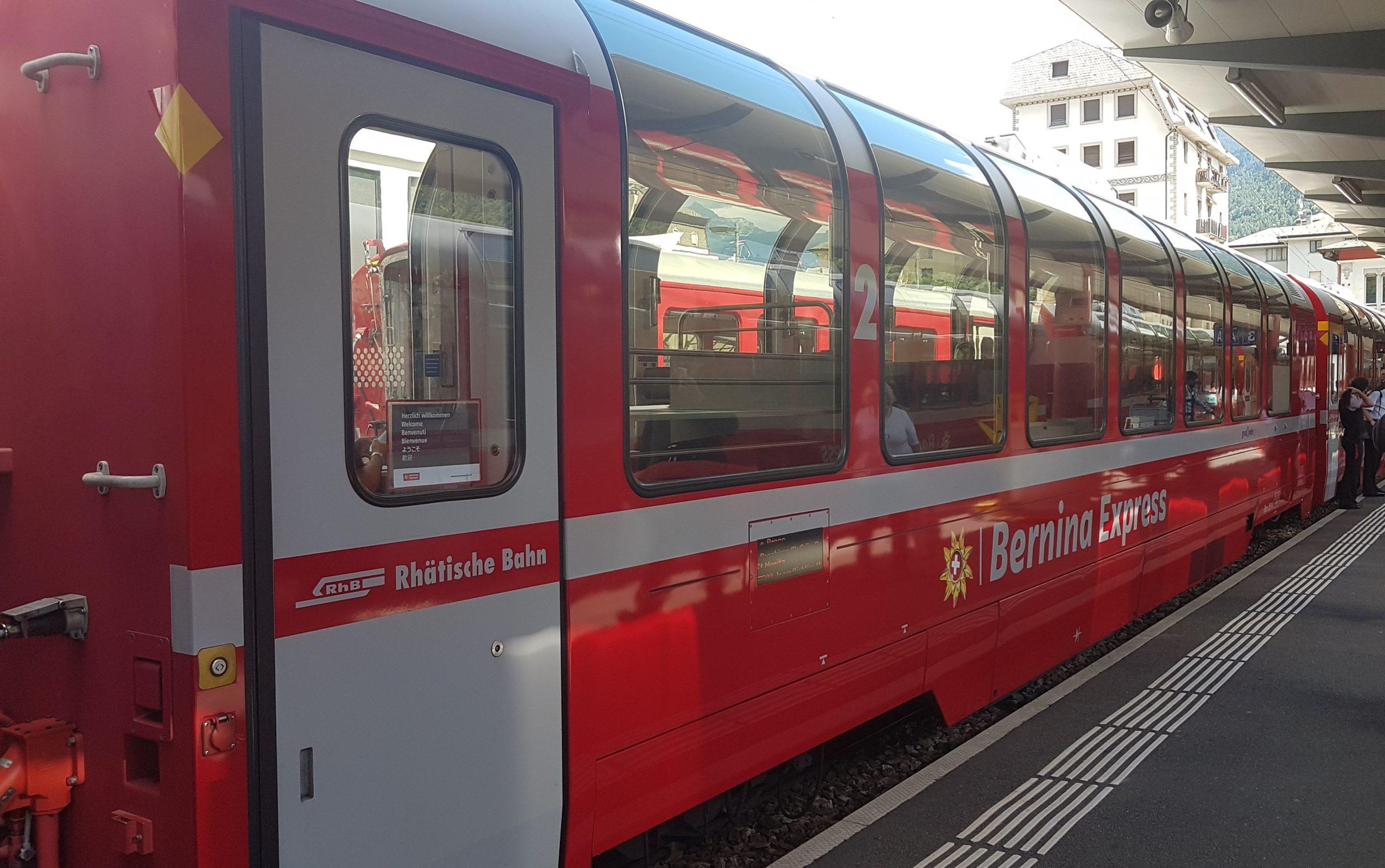 Tren Bernina Express en la estación de Tirano