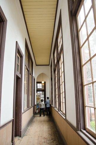 校舎内の廊下は狭いのに天井が恐ろしく高かったです