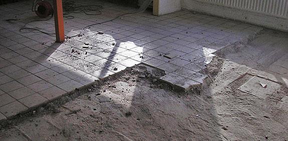 Het verwijderen van bestaande vloeren wanden of tegels is