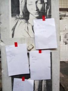 Bild på fyra pappersark uppklistrade med röd tejp. Det står: Diamant läppglans sorg. Ingenting media slå. Ponny androgyn liten. Makt. X;;3⁄5jfh&%97÷gF#.v?qvö©