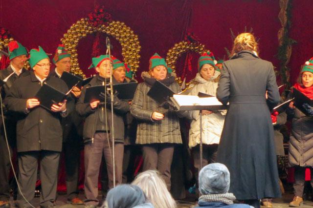 choir-at-christmas-market