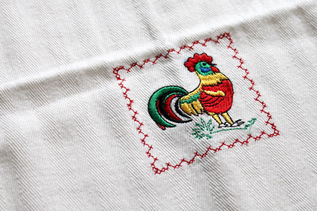 thrifted-tea-towel-chicken-detail