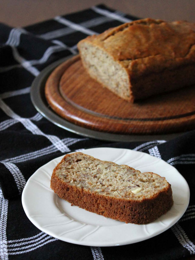 healthier-banana-bread-recipe-with-bran-almonds-and-olive-oil
