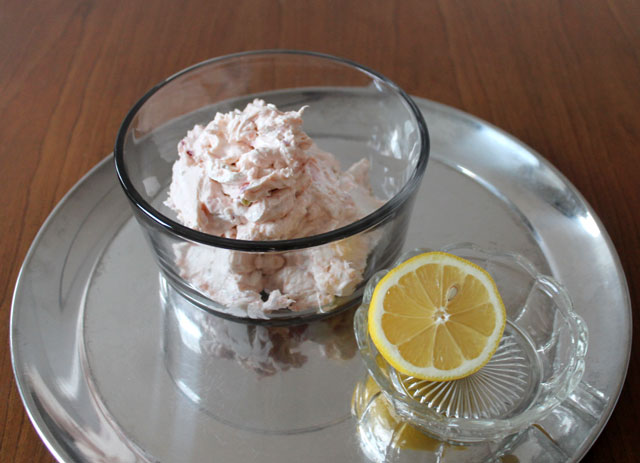 smoked-salmon-cream-cheese-recipe-with-capers-onions-and-lemon-juice