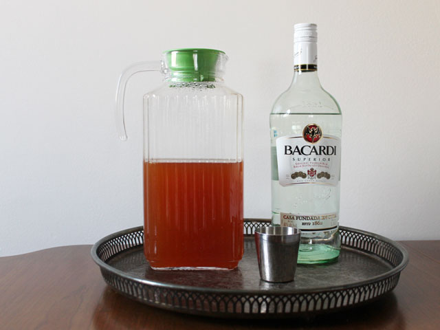 tea-and-rum-to-make-hot-cocktail