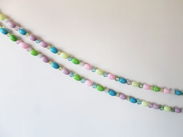 diy-easter-decoration-handmade-garland-with-eggs-and-beads