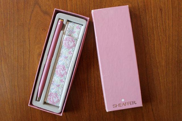 vintage-pen-shaeffer-white-dot-pink-with-tapestry-case-holder