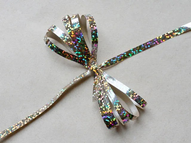 curling-ribbon-bow-made-using-a-comb