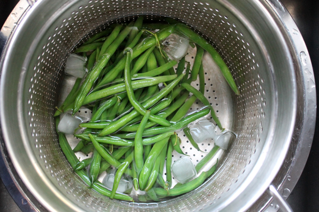 shocking-green-beans-after-blanching