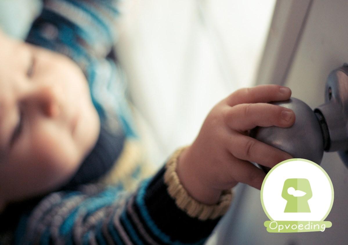 Kind deur alleen thuis thuislaten huis leeftijd