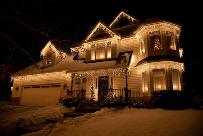 https://i0.wp.com/www.lovechristmaslights.com/images/ideas/icicle-lights-on-house.jpg