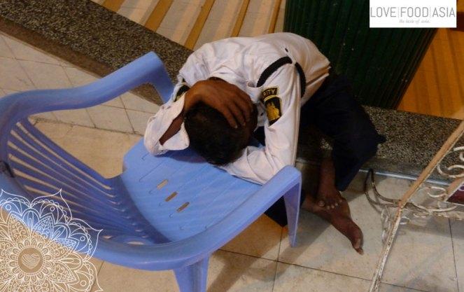 Ein Mitarbeiter an der Schwedagon Pagode