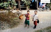 Kinder neben dem Slow Train
