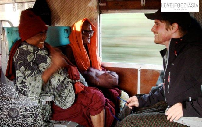 Lustige Mönche im Slow Train