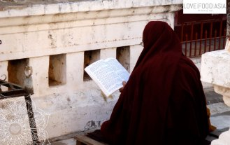 Ein Mönch in Bagan