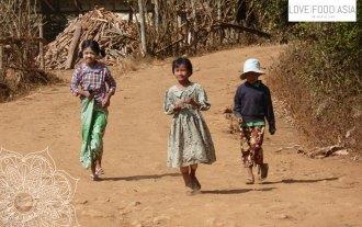 Kleine Mädels in einem Dorf