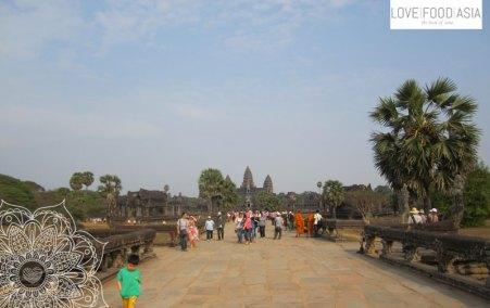 Auf der Brücke zu Angkor Wat