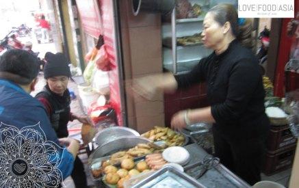 Banh Goi im Straßenverkauf in Hanoi