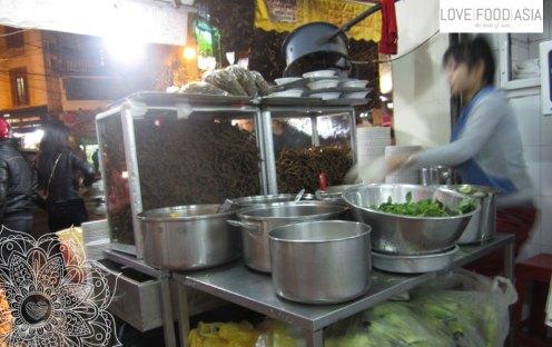 Aal mit Reisnudeln und Salat